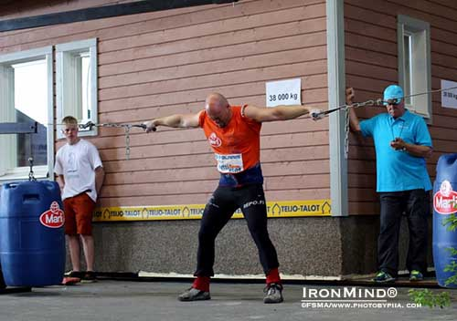 Under 105 kg and overall points winner Janne Hartikainen in the Hercules hold. Behind Janne is the house the ladies pulled, all 38,000 kg of it..  ©Finland´s Strongest Man Association/www.photobypiia.com.